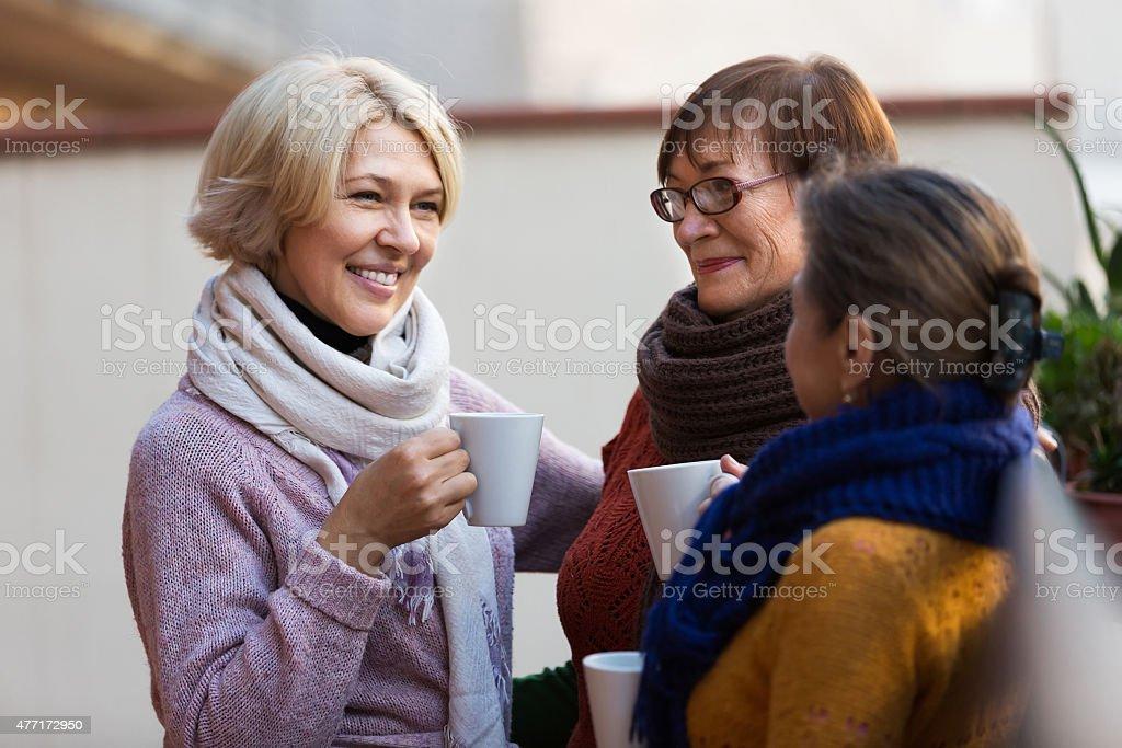 Sênior mulher bebendo chá na varanda - foto de acervo