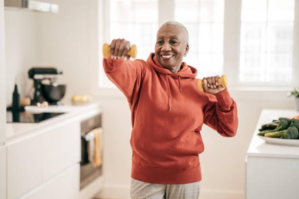 starsze kobiety ćwiczące w domu - dojrzały zdjęcia i obrazy z banku zdjęć