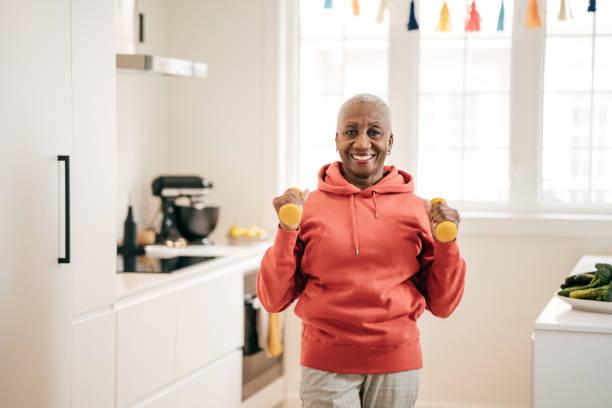 Seniorinnen trainieren zu Hause – Foto
