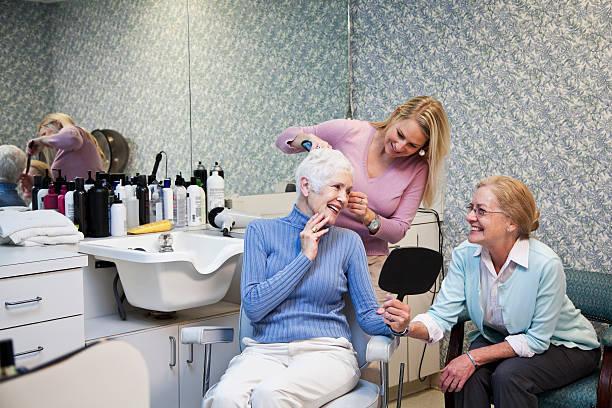 ältere frau im friseursalon - altes damenhaar stock-fotos und bilder