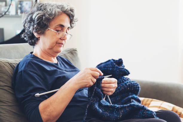 tricotdeuses aînées - une seule femme senior photos et images de collection