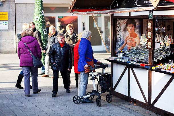 Sênior mulheres no mercado de Natal - foto de acervo