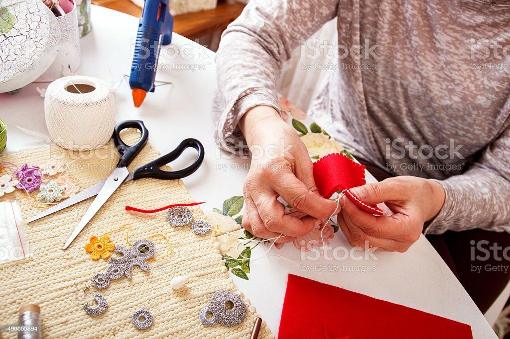 Mulheres Idosas sews à mão - foto de acervo