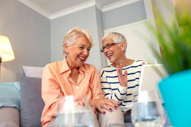 seniorinnen mit laptop - lifestyle stock-fotos und bilder