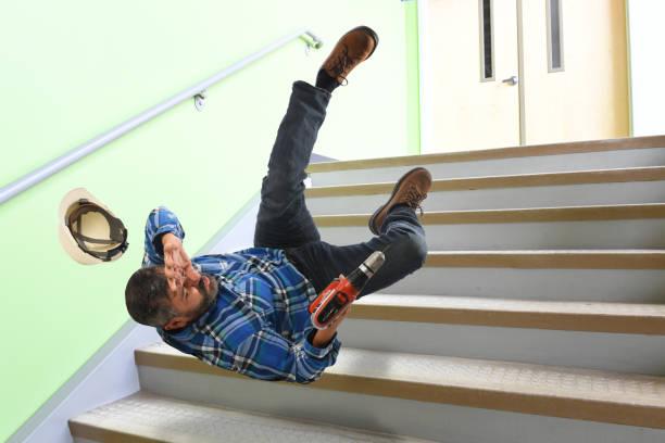 Trabajador Senior cae en las escaleras - foto de stock