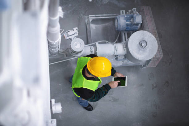 Senior-Arbeiter in der Fabrik Maschinen – Foto