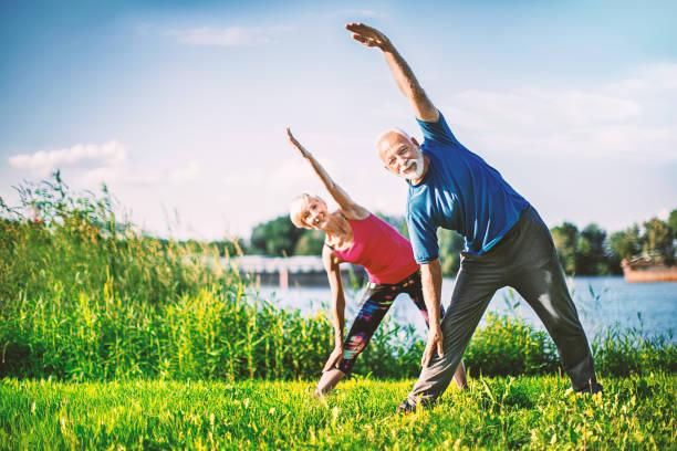 kıdemli yoga. - sağlıklı yaşlılar stok fotoğraflar ve resimler