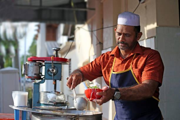 seniorpreneur - shaved ice 'cendol' (green rice flour jelly droplets) sweet dessert - business malaysia photos et images de collection