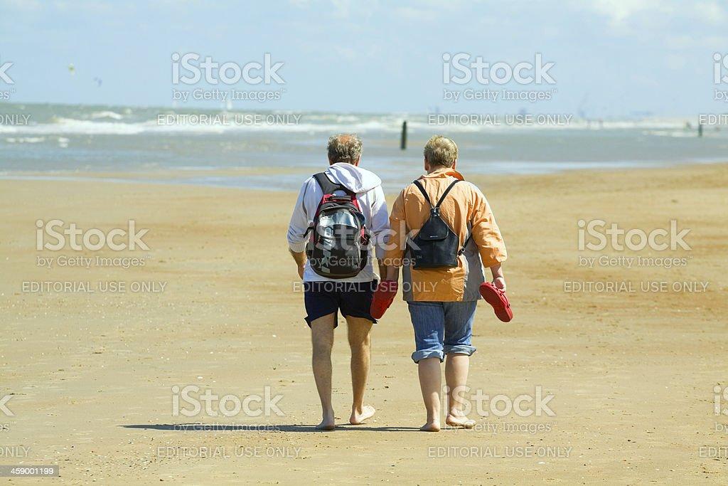 Seniors are dandering at beach foto