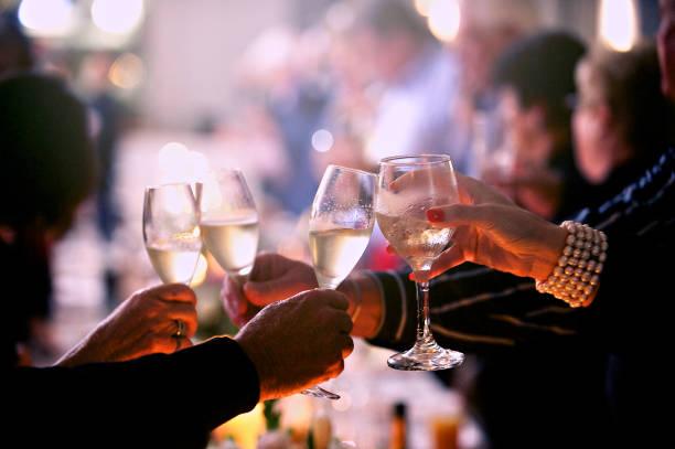 os idosos brinde comemorativo com copos de champanhe - brinde - fotografias e filmes do acervo