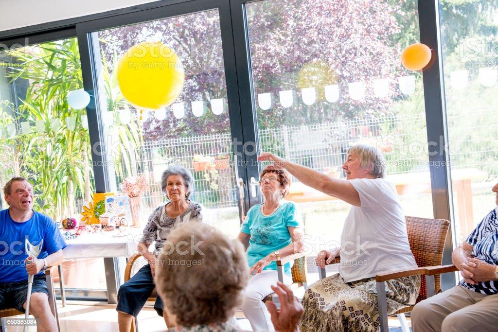 Senioren tun Entspannungsübungen In der Tagesstätte für ältere Menschen - Lizenzfrei Aktiver Lebensstil Stock-Foto
