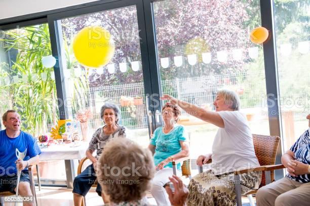 Senioren Tun Entspannungsübungen In Der Tagesstätte Für Ältere Menschen Stockfoto und mehr Bilder von Aktiver Lebensstil