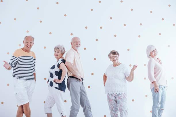 senioren während der sitzung - rentenpunkte stock-fotos und bilder
