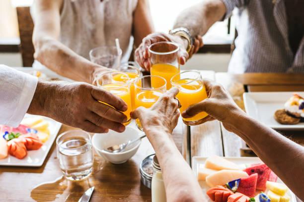 senioren-frühstück - alkoholfreies getränk stock-fotos und bilder
