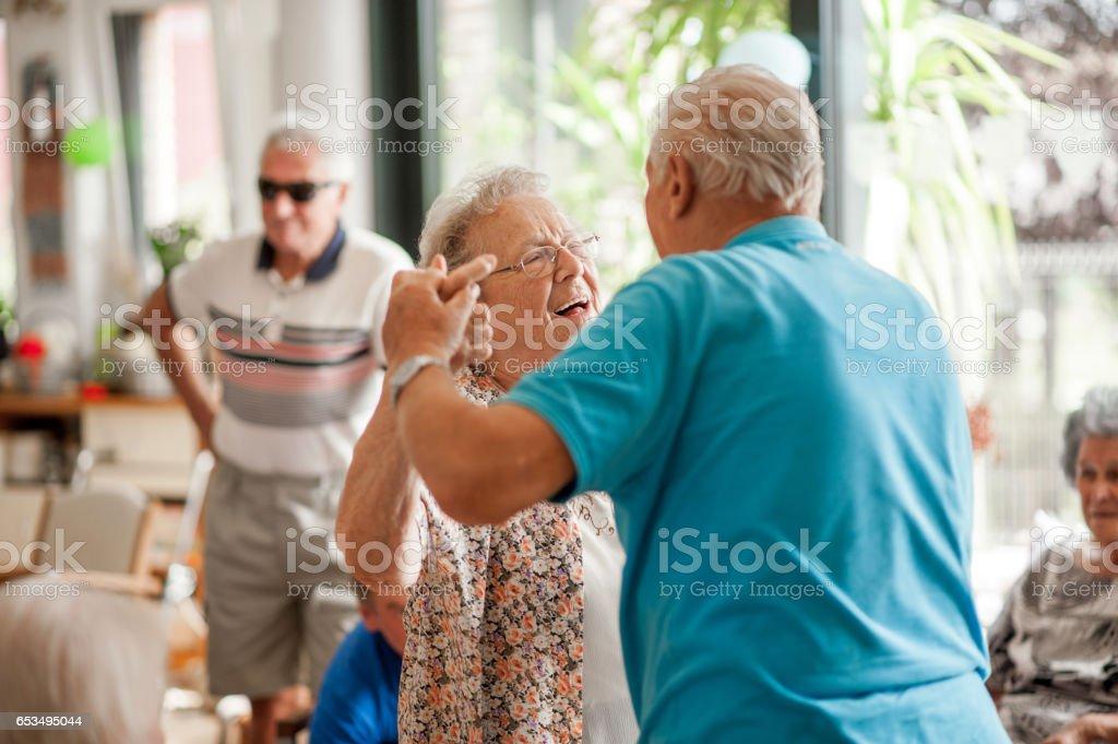 Seniors Having Fun In The Community Center - foto stock
