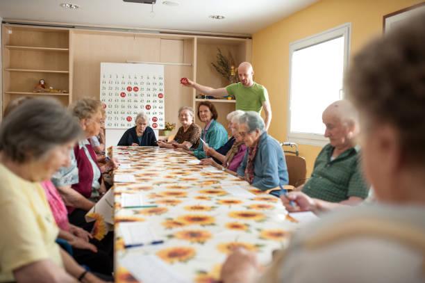 老年人在退休社區支出玩賓果遊戲圖像檔