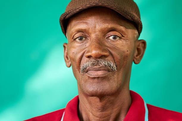 senioren menschen portrait traurig enold black man mit hut - einzelner senior stock-fotos und bilder