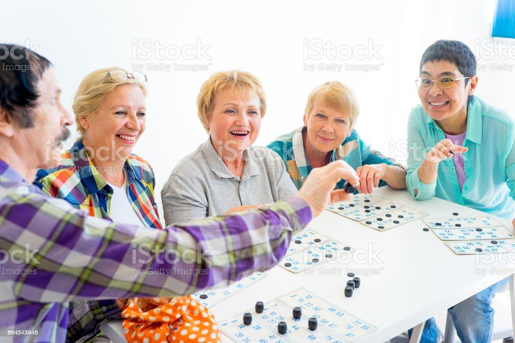 Senioren spielen bingo – Foto