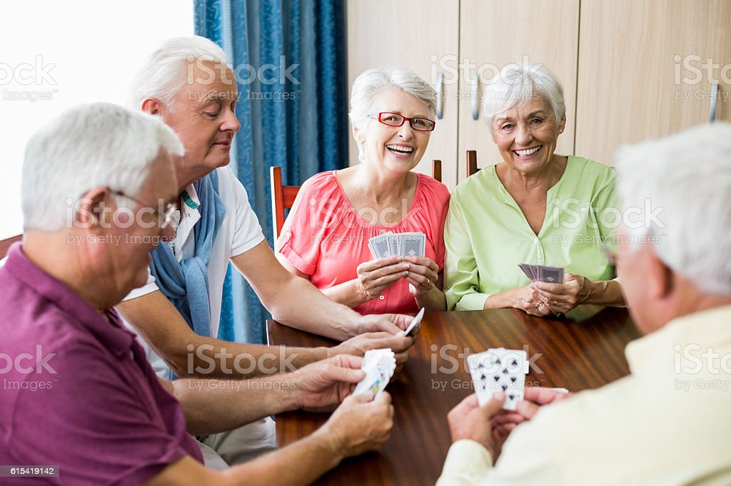 Seniors playing cards together – Foto