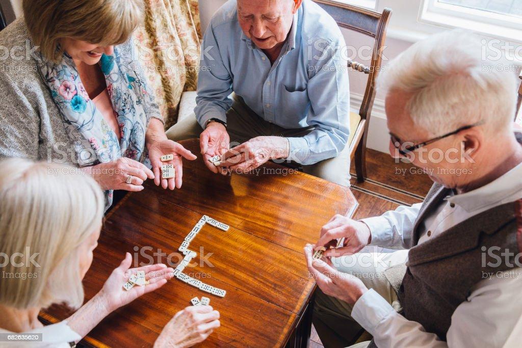 Idosos jogando dominó - foto de acervo