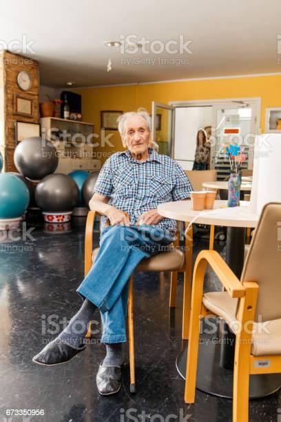 Senioren In Einem Seniorenheim Entspannend Stockfoto und mehr Bilder von Alter Erwachsener