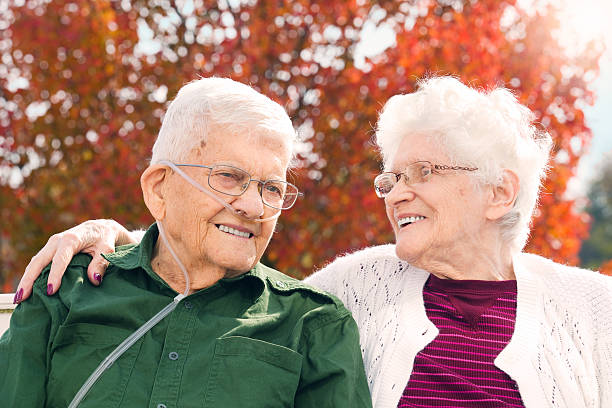 seniors still in love - oxygène phénomène naturel photos et images de collection
