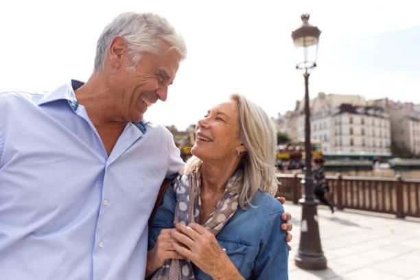 senioren taking on the world - genießen französisch stock-fotos und bilder