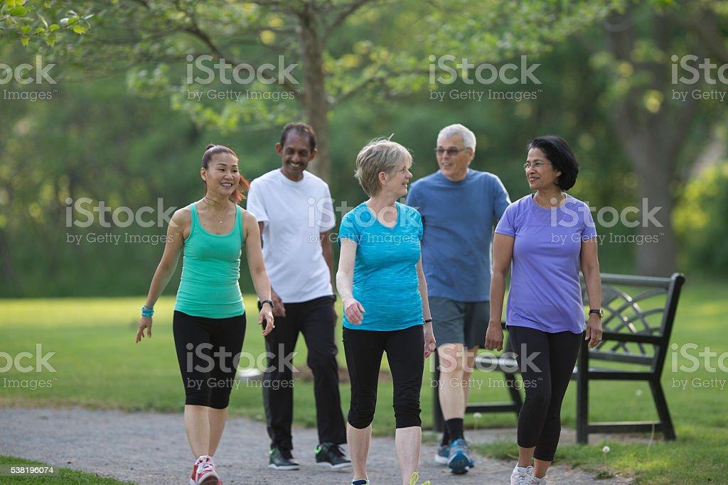 Senioren gehen zusammen im Park – Foto