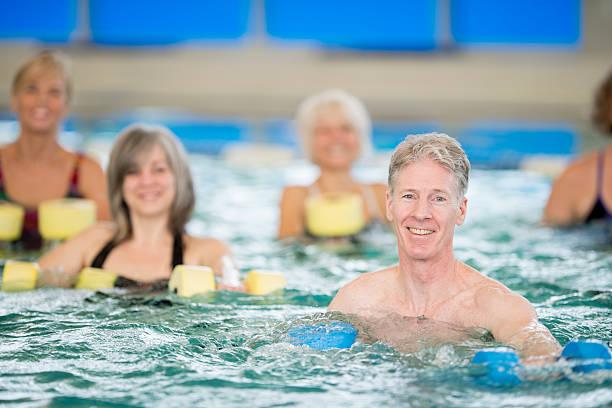 seniorzy wody aerobik klasy - organizm wodny zdjęcia i obrazy z banku zdjęć