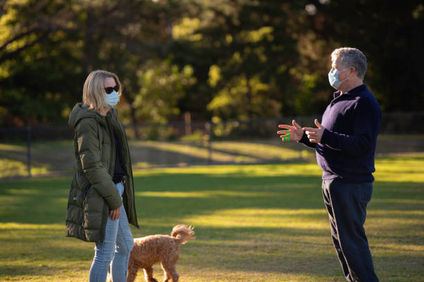 Senioren tragen Masken Walking Dogs – Foto