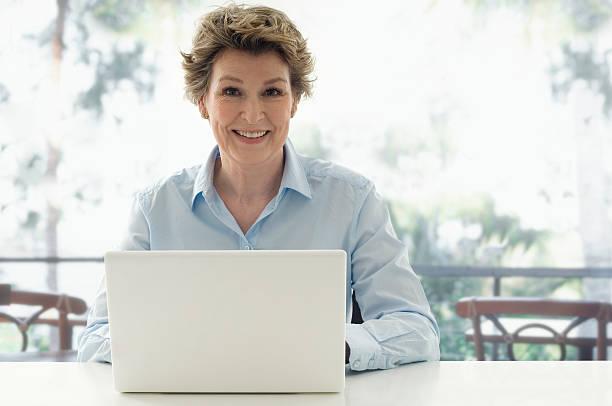 Seniorwoman mit Laptop – Foto