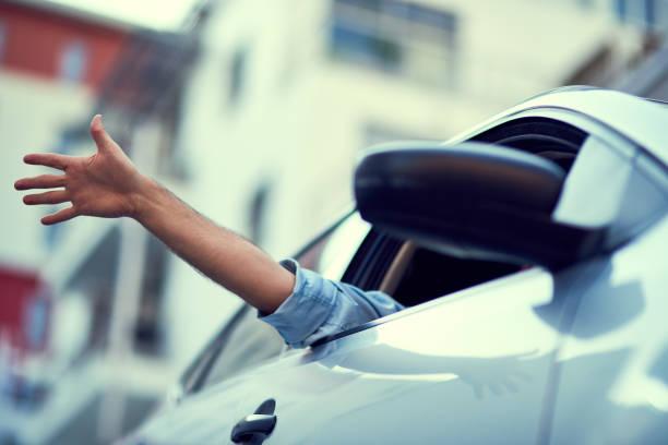 sentiment de la liberté - homme faire coucou voiture photos et images de collection