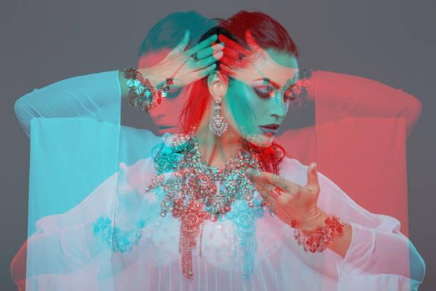 sinnliche bauchtänzerin tanzen porträt rot cyan doppelbelichtung - tanz make up stock-fotos und bilder
