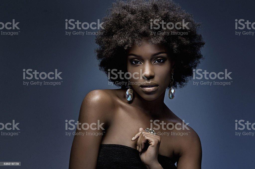 sensual mujer usando joyas de lujo negro - foto de stock