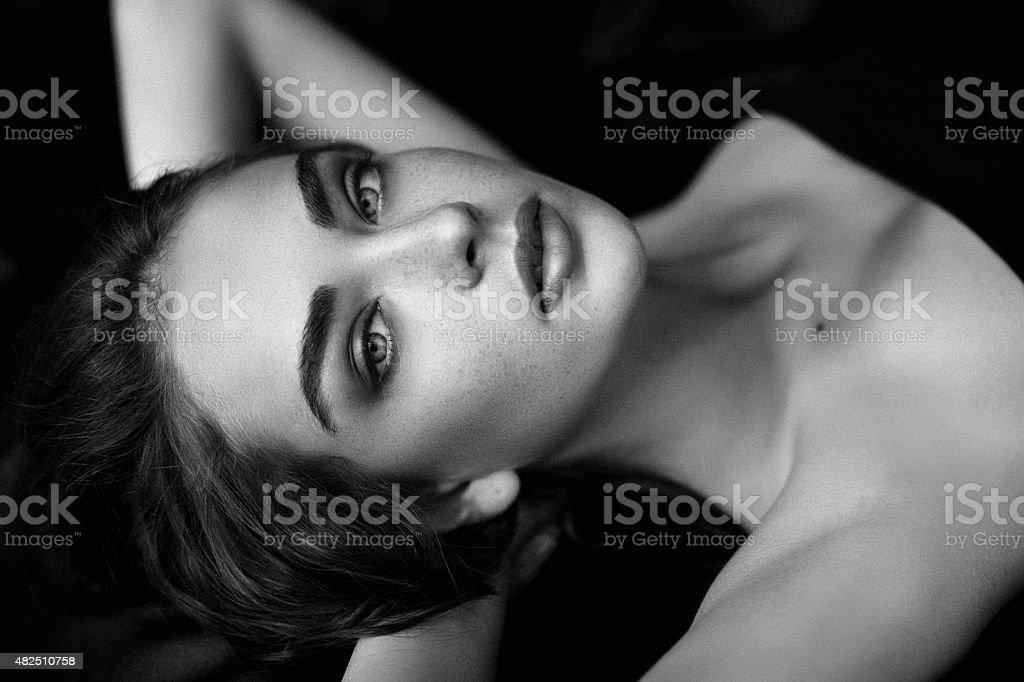 Sinnliche Schwarz-Weiß-Bild von einer Frau – Foto
