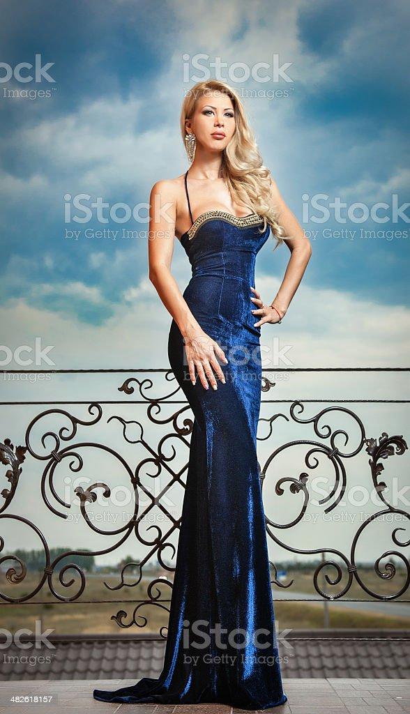 Vestiti Eleganti E Sensuali.Sensuale Bionda In Abito Blu Con Elegante Posa Sul Ripiano