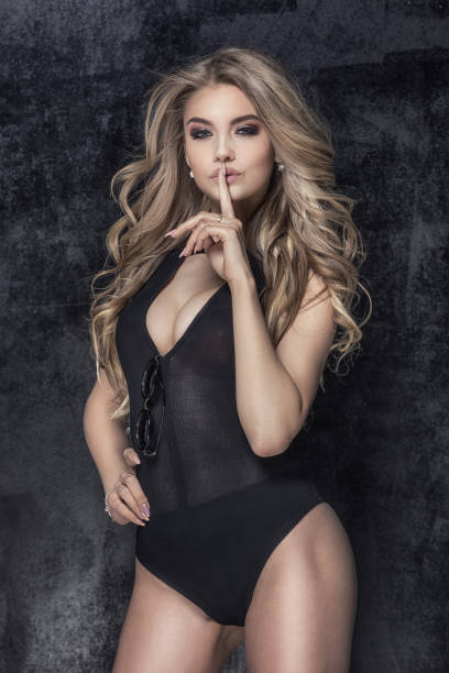 sensuale donna bionda in posa. - donna seducente foto e immagini stock
