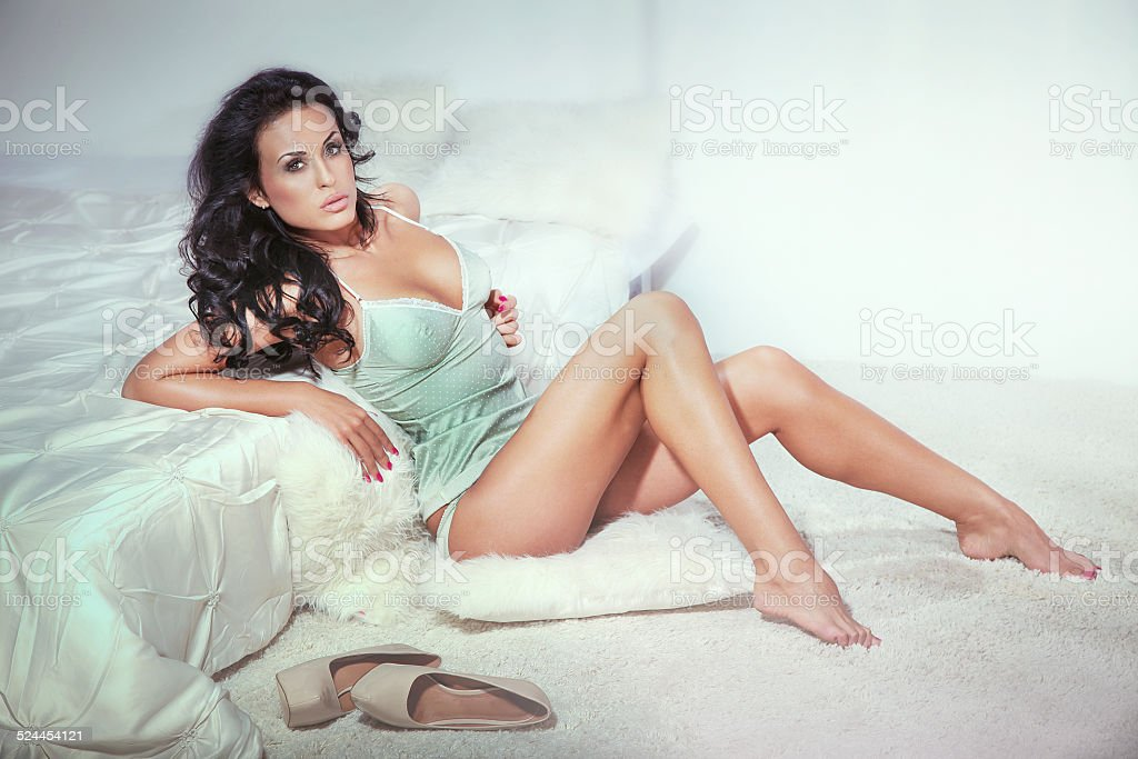 Sensuale Brunette Donna In Camera Da Letto - Fotografie stock e ...