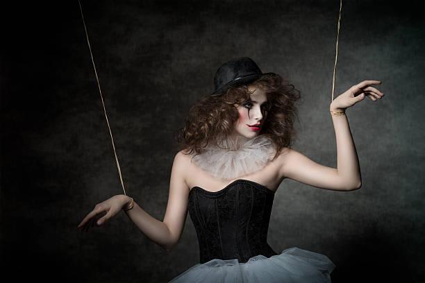 sinnlich weiblichen clown puppentheater-figur - horror zirkus stock-fotos und bilder