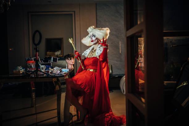 sinnliche drag queen sitzt in derknura - anzieh nacht stock-fotos und bilder