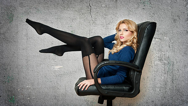Sinnliche fair Haar-Frau mit lange Beine Isoliert – Foto