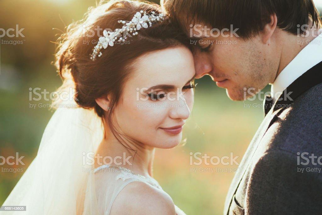 Retrato de um jovem casal sensual. Foto de casamento ao ar livre - foto de acervo