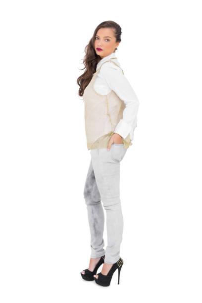 sinnliche trendige frau posiert - pflaumen jeans stock-fotos und bilder