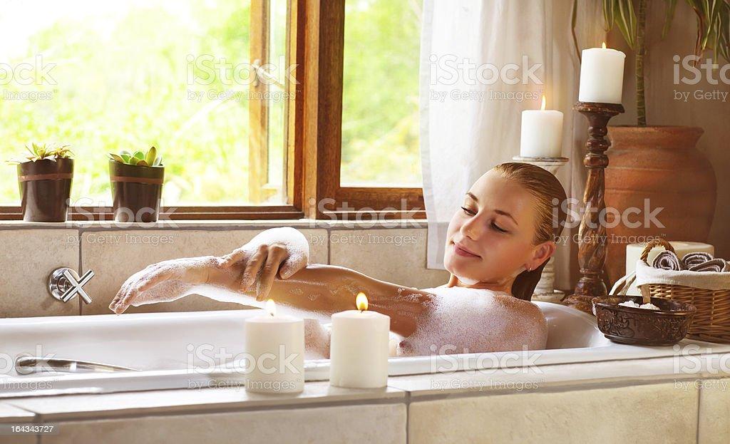 Sinnliche Frau in der Badewanne – Foto