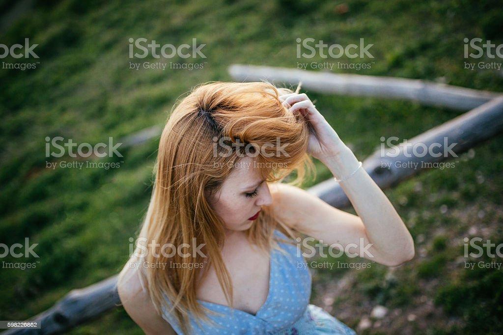 Mulher Sensual em montanhas foto royalty-free