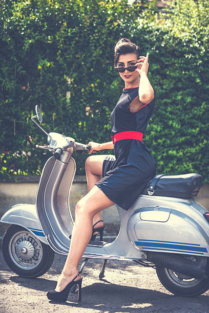 sinnliche frau auf vintage-scooter - moderne 50er jahre mode stock-fotos und bilder