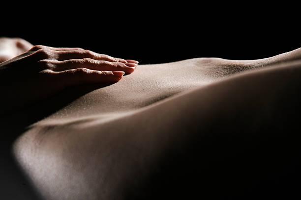sinnliche frau - tantra massage stock-fotos und bilder
