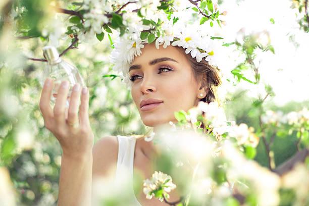 Sensual mulher com Frasco de perfume - foto de acervo