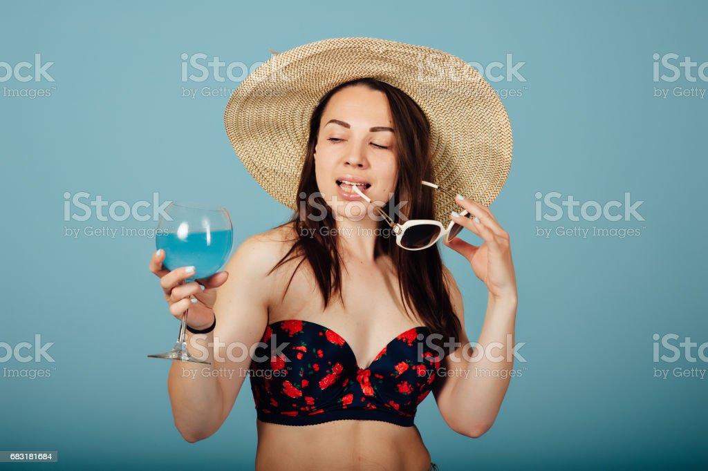 戴墨鏡喝一杯雞尾酒的性感女子 免版稅 stock photo