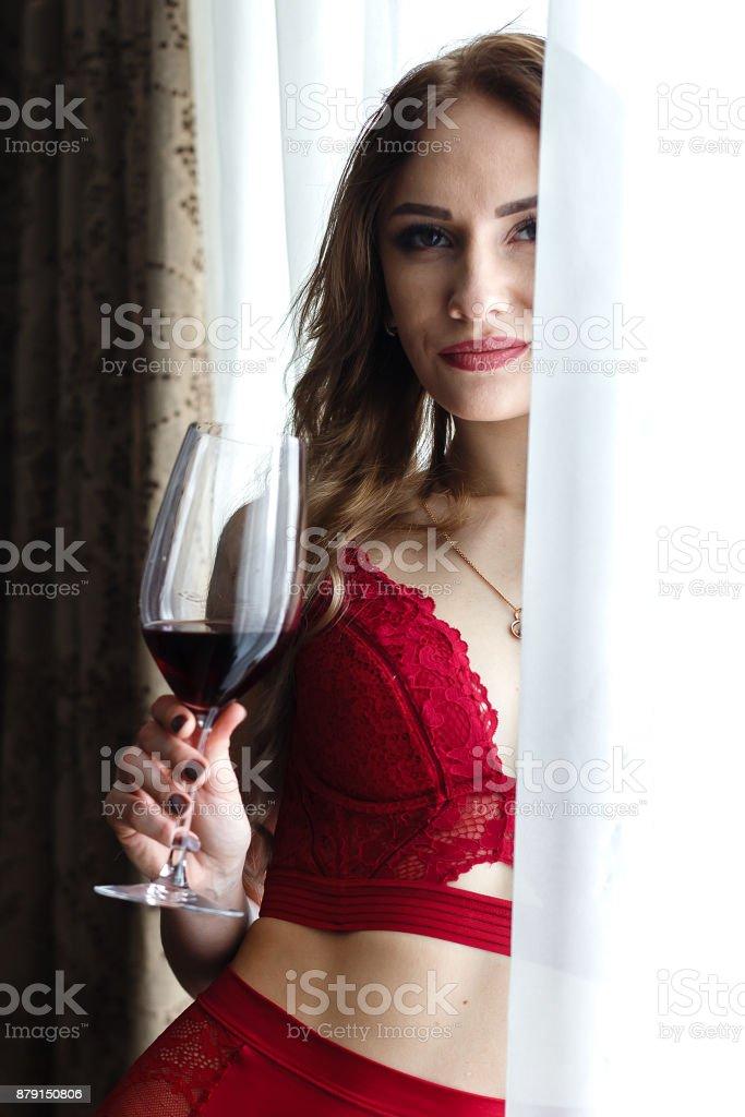 calidad perfecta Productos comprar online Mujer Rubia Joven Sensual Vestida En Lencería Roja Bebidas ...